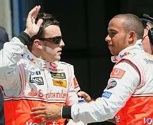 Alonso y Hamilton se saludan al final de la clasificación. (Foto: AP)