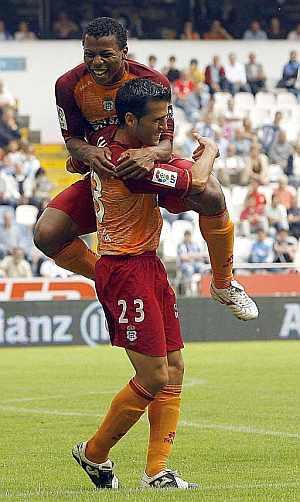 Cheli y Uche celebran uno de los goles. (Foto: EFE)