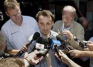 Kubica, a su salida del hospital. (Foto: AP)