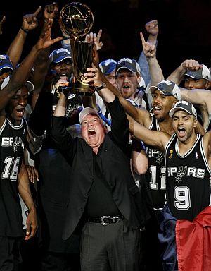 Los jugadores de San Antonio, junto a Peter Holt, propietario del equipo, sostienen el trofeo. (Foto: AP)