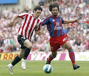 Aduriz controla un balón ante Tomassi. (Foto: EFE)