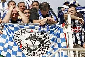 Aficionados de la Real lloran en Mestalla (Foto: EFE)