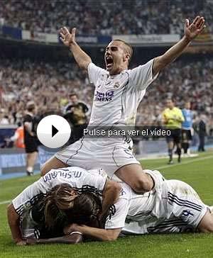 Cannavaro, encima de varios jugadores blancos, celebra el gol de Diarra. (AP)