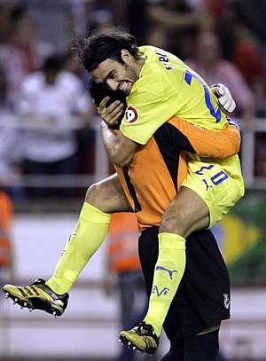Fuentes celebra la clasificación para la UEFA con el meta Viera. (Foto: AP)