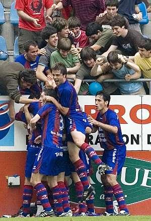 Los jugadores del Eibar celebran uno de los goles ante el Rayo. (Foto: EFE)