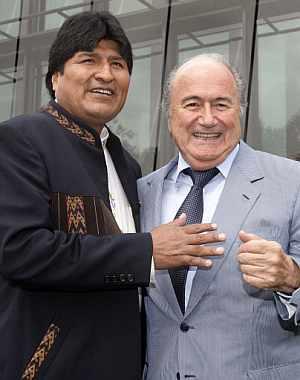 Morales y Blatter posan antes de su reunión en Zúrich. (Foto: AFP)