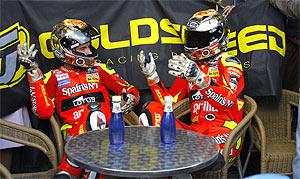 Lorenzo celebró la victoria tomando tila con su doble. (Foto: motorsport48)