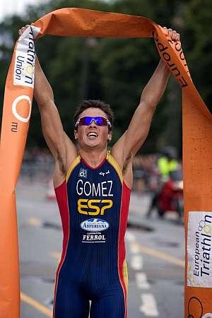 Gómez Noya, exultante tras su victoria. (Foto: AP)