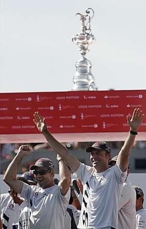 Ernesto Bertarelli celebra el triunfo del Alinghi. (Foto: EFE)