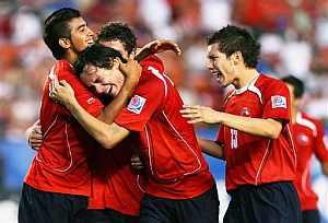 Los jugadores chilenos celbran un gol. (Foto: AP)