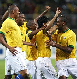 Los brasileños celebran uno de los goles. (EFE)
