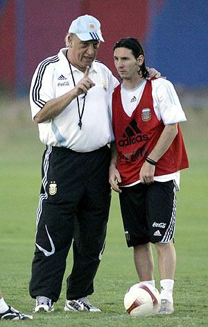 Messi recibe instrucciones de Basile. (Foto: AP)