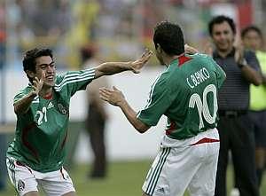 Blanco y Castillo celebran un gol de los mexicanos. (Foto: AP)