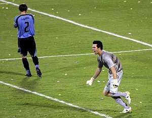 Doni celebra la clasificación de su equipo mientras Lugano, a la izquierda, se lamenta del error. (Foto: EFE)