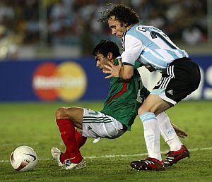 Gabi Milito defiende a Nery Castillo. (Foto: AFP)
