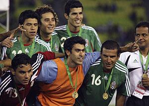Varios jugadores mexicanos posan con la medalla de tercer clasificado. (Foto: REUTERS)