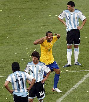 Alves celebra el tercer tanto de la final. (Foto: EFE)