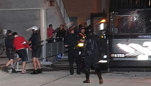 Policías canadienses detienen a miembros de la selección chilena de futbol Sub'20. (Foto: AP)