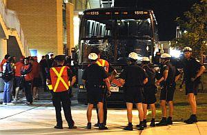 Policías canadienses custodian el autobús de la selección chilena de fútbol Sub'20. (Foto: AP)