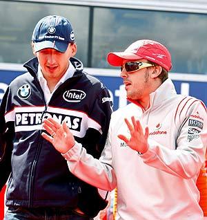 Kubica, con Alonso en el Silverstone. (EFE)