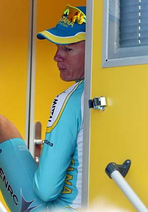 Alexander Vinokourov, a la espera de pasar el control en la etapa de Loudenvielle. (Foto: AFP)