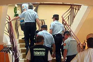 La policía registra el hotel del equipo Astana tras conocerse el positivo de Vinokourov. (Foto: EFE)