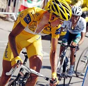 Rasmussen se gira para vigilar a Contador. (Foto: AFP)