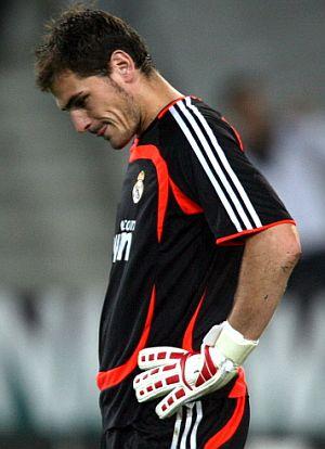 Casillas, tras recibir un gol ante el Hannover. (Foto: AFP)