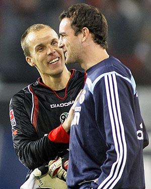 Metzelder charla con Enke, tras el amistoso disputado por el Hannover y el Real Madrid. (Foto: REUTERS)