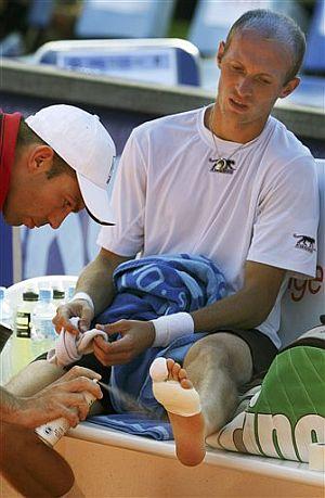 Davydenko, atendido por el doctor del torneo. (Foto: AP)