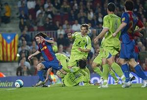 Messi deja atrás a los defensores del Getafe para realizar su gran gol. (Foto: EM)