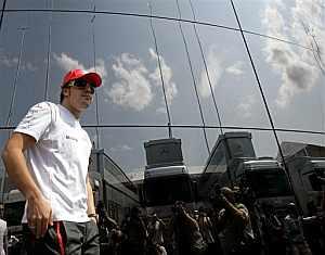 Fernando Alonso junto al 'motorhome' de McLaren en el Gran Premio de Hungría. (Foto: AP)