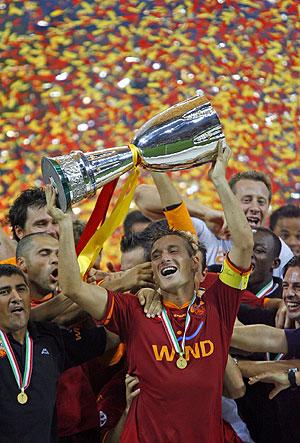 El capitán romano Francesco Totti levanta la Supercopa italiana. (Foto: REUTERS)