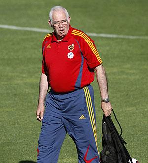 Luis Aragonés, durante el entrenamiento del lunes en la Ciudad del Fútbol. (Foto: EFE)