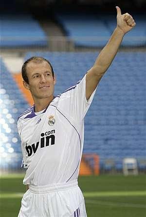 Robben saluda a la afición en sus primeros minutos en el Bernabéu. (Foto: AP)