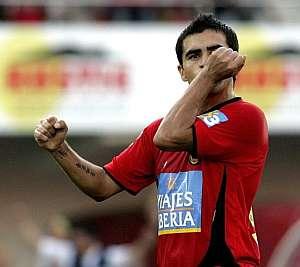 Ibagaza celebra uno de sus goles ante el Levante. (Foto: EFE)