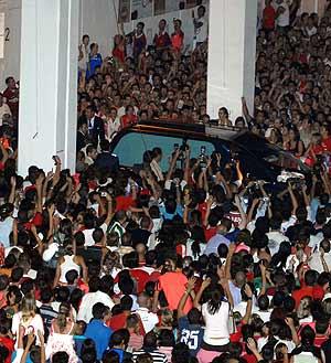 Cientos de aficionados reciben el cuerpo de Puerta en el Sánchez Pizjuán. (Foto: EFE)