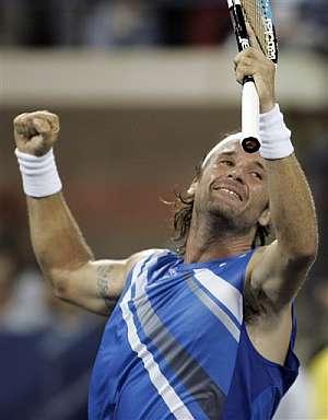 Carlos Moyà celebra su victoria sobre el alemán Kohlschreiber. (Foto: AP)
