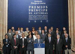 Imagen del Jurado, antes de leer el comunicado. (Foto: EFE)
