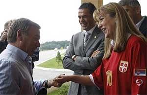 La ministra serbia, con la camiseta de la selección, recibe a Clemente en Belgrado. (BETA)
