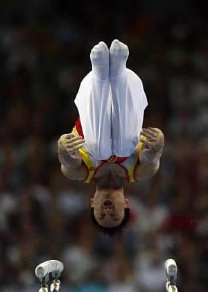 El chino Yang Wei durante su ejercicio en las paralelas. (Foto: AFP)