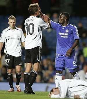 Essien (dcha) se enfrenta al jugador del Rosenborg Riseth. (Foto: AP)