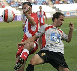 Soriano (i) y Borja (d) luchan un balón en el partido. (Foto: EFE)