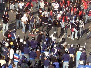 Batalla campal entre los hinchas de Génova y Sampdoria antes del partido. (Foto: EFE)