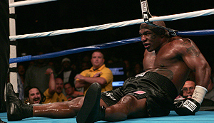 Mike Tyson durante el último combate antes de anunciar su retirada en 2005. (Foto: AFP)