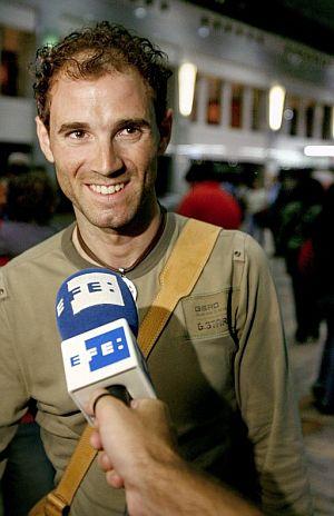 Alejandro Valverde sonríe feliz en el aeropuerto de Barcelona. (Foto: EFE)