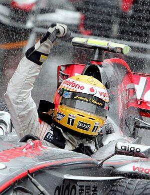 Hamilton cierra el puño al cruzar la meta. (Foto: EFE)