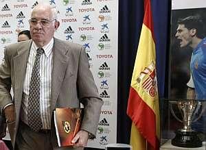 Luis Aragonés, tras finalizar la rueda de prensa. (Foto: EFE)