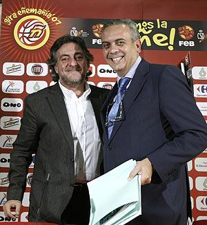 Pepu Hernández y el presidente de la FEB, José Luis Sáez. (Foto: EFE)