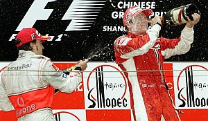 Alonso (i) 'baña' en Champagne a Raikkonen en el podio de Shanghai. (Foto: AP)